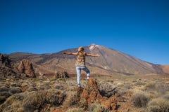 Jovem mulher no parque nacional de Teide Fotografia de Stock Royalty Free