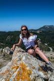 Jovem mulher no penhasco da montanha Fotografia de Stock