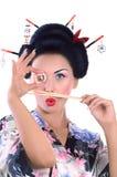 Jovem mulher no quimono japonês com hashis e rolo de sushi Fotografia de Stock Royalty Free