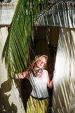 Jovem mulher no recurso Foto de Stock Royalty Free