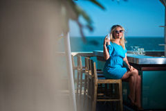 Jovem mulher no recurso Fotografia de Stock Royalty Free