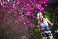 Jovem mulher no recurso Foto de Stock