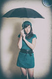 Jovem mulher no retrato do estilo 70s com o guarda-chuva no estúdio Imagens de Stock Royalty Free