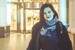 Jovem mulher no retrato do lenço na cidade da noite foto de stock