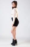 Jovem mulher no revestimento, na saia, e nas botas fotos de stock royalty free