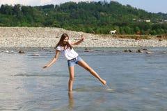Jovem mulher no rio da montanha fotos de stock royalty free
