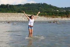 Jovem mulher no rio da montanha imagens de stock royalty free
