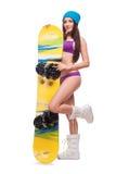 Jovem mulher no roupa de banho e no chapéu com snowboard Fotografia de Stock Royalty Free