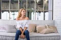 Jovem mulher no sofá Imagem de Stock