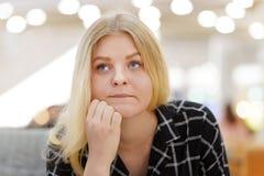 Jovem mulher no sofrimento fotos de stock