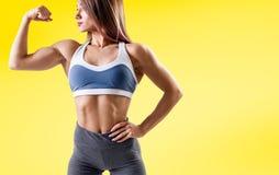 A jovem mulher no sportswear demonstrou seu corpo atlético muscular imagens de stock