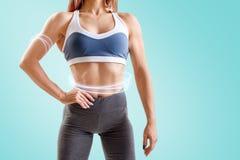A jovem mulher no sportswear demonstrou seu corpo atlético muscular imagem de stock