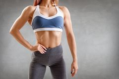 A jovem mulher no sportswear demonstrou seu corpo atlético muscular bonito imagens de stock