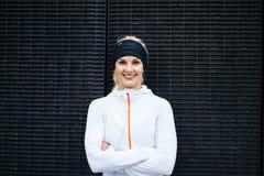 Jovem mulher no sportswear que olha o sorriso da câmera fotos de stock royalty free