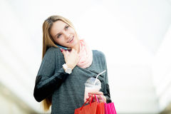 Jovem mulher no supermercado que fala no telefone celular que guarda o shopp Fotos de Stock Royalty Free