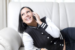 Jovem mulher no telefone Fotografia de Stock
