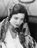 Jovem mulher no telefone (todas as pessoas descritas não são umas vivas mais longo e nenhuma propriedade existe Garantias do forn imagens de stock