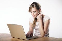 Jovem mulher no trabalho Fotos de Stock Royalty Free