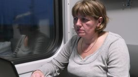 Jovem mulher no trem que trabalha com um port?til filme