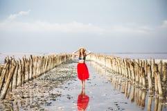Jovem mulher no vermelho e chapéu durante férias de verão fotografia de stock royalty free