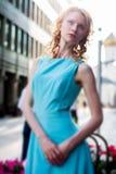 Jovem mulher no vestido azul fora Imagem de Stock Royalty Free