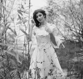 Jovem mulher no vestido branco na floresta preto e branco Fotos de Stock