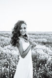 Jovem mulher no vestido de casamento fora Noiva bonita em um campo no por do sol Rebecca 36 Foto de Stock