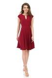 A jovem mulher no vestido elegante de Borgonha está andando Imagens de Stock