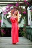 Jovem mulher no vestido no jardim de florescência da flor na ponte de madeira Imagens de Stock