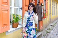 Jovem mulher no vestido longo que anda na cidade velha Foto de Stock