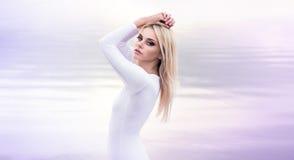 Jovem mulher no vestido que anda apenas na praia Fotografia de Stock