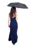 Jovem mulher no vestido que anda sob um guarda-chuva Imagem de Stock Royalty Free
