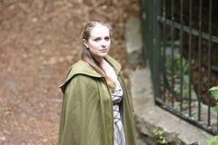 Jovem mulher no vestuário medieval Fotografia de Stock