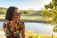 Jovem mulher nos óculos de sol que aprecia a brisa do verão fotos de stock