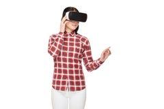 Jovem mulher nos auriculares de VR que passa o tempo no Cyberspace imagens de stock royalty free