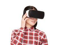 Jovem mulher nos auriculares de VR que passa o tempo no Cyberspace fotografia de stock