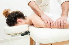 Jovem mulher nos termas que obtêm uma massagem de relaxamento do corpo Foto de Stock Royalty Free