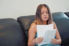 A jovem mulher obteve um uvolnenii da letra má foto de stock
