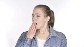 Jovem mulher ocasional que boceja no fundo branco vídeos de arquivo