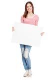 Jovem mulher ocasional que guardara uma placa branca Imagens de Stock