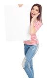 Jovem mulher ocasional que guardara uma placa branca Fotografia de Stock Royalty Free