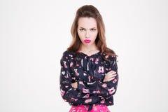 Jovem mulher ofendida irritada que está com os braços cruzados Foto de Stock