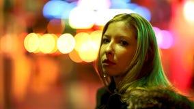 A jovem mulher olha afastado video estoque