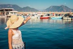 A jovem mulher olha o porto de Alanya fotos de stock royalty free