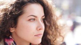A jovem mulher olha pensativamente na distância vídeos de arquivo