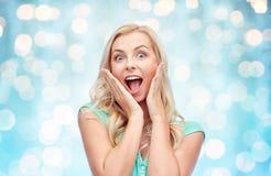 Jovem mulher ou adolescente de sorriso Surprised fotografia de stock