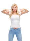 Jovem mulher ou adolescente feliz no t-shirt branco foto de stock