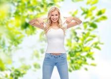 Jovem mulher ou adolescente feliz no t-shirt branco fotos de stock royalty free
