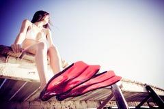 Jovem mulher pelo mar Foto de Stock Royalty Free