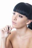 Jovem mulher pensativa atrativa que concentra-se guardando uma pena em sua mão Fotos de Stock Royalty Free
